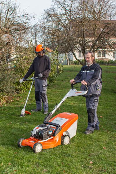 Mitarbeiter beim Pflegen des Gartens